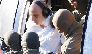 Der mutmaßliche Rechtsextremist Stephan B. kurz nach der Landung in Karlsruhe. Dort wurde der 27-Jährige am Donnerstag dem Haftrichter vorgeführt. (Foto)