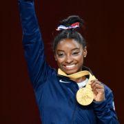 Simone Biles aus den USA mit der Goldmedaille bei der Siegerehrung.