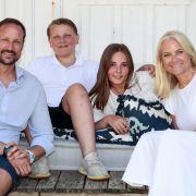 Kronprinz Haakon (vorne, l-r) von Norwegen, Kronprinzessin Mette-Marit von Norwegen, Prinz Sverre Magnus (hinten, l-r) und Prinzessin Ingrid Alexandra.
