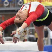 Elisabeth Seitz zeigt einen Sprung während des Trainings.