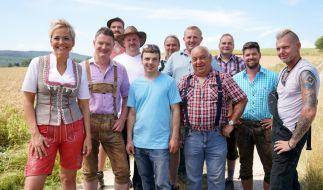 """Moderatorin Inka Bause mit den Bauern der fünfzehnten Staffel von """"Bauer sucht Frau"""". (Foto)"""