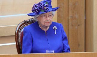 Queen Elizabeth II. hat eine schwere Bürde zu tragen - im wahrsten Sinne des Wortes. (Foto)