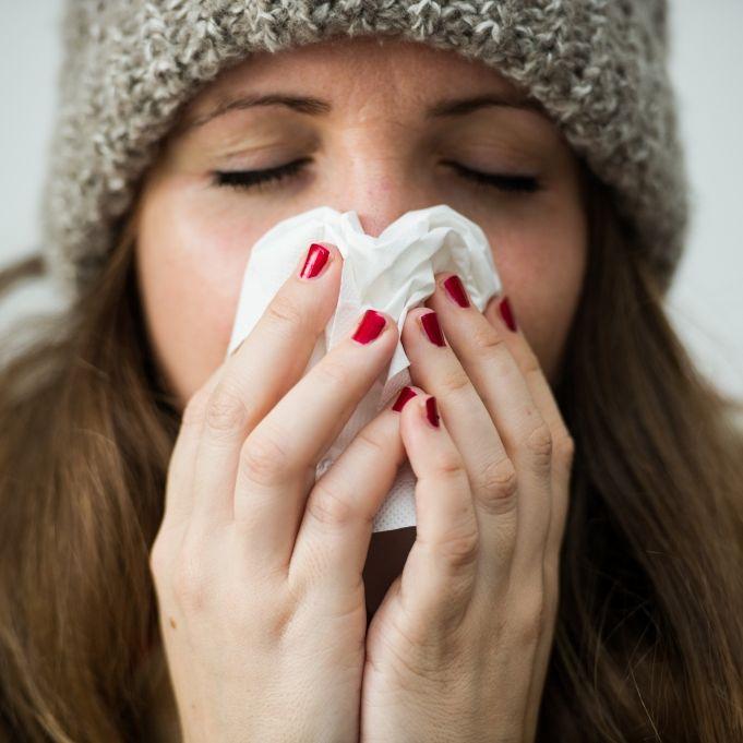 Schützen kaltes Duschen und heiße Zitrone wirklich vor Erkältungen? (Foto)