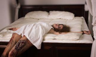 Tote Frau au dem Bett (Symbolbild): Ein Mann (49) fesselte seine Freundin und erstach sie. (Foto)