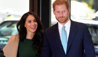Der britische Prinz Harry (r), Herzog von Sussex, und seine Frau Meghan, Herzogin von Sussex. (Foto)