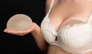 Ein Produktrückruf von Silikonimplantaten der Firma Allergan im Sommer 2019 ließ viele Frauen verunsichert zurück. (Foto)