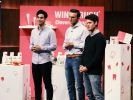 """Burak Dönmezer, Louis Bahlmann und Marc Schmitz aus Köln präsentieren mit """"Wingbrush"""" Zahnseide und eine Interdentalbürste. (Foto)"""