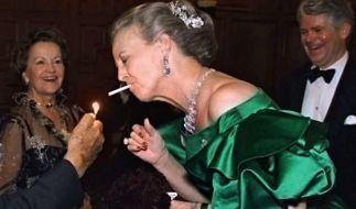 Königin Margrethe II. von Dänemark mit einer Zigarette im Mund (Foto)