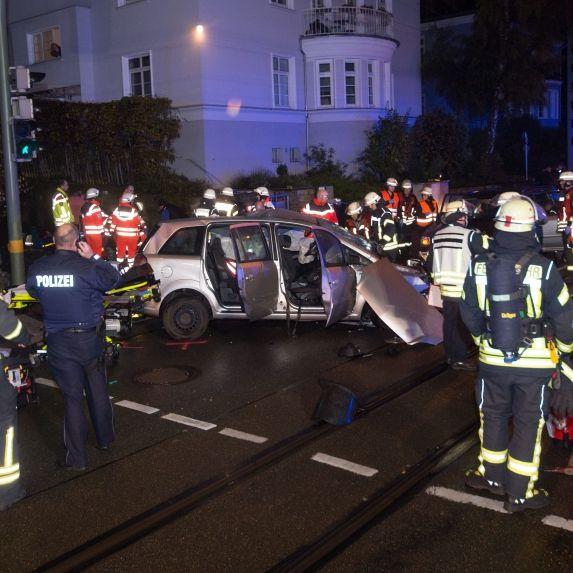Horror-Crash nach Hochzeitsfeier - ein Toter, sechs Verletzte (Foto)