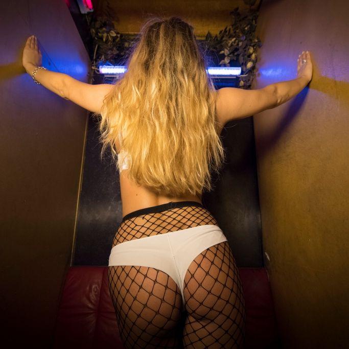 Porno-Star schleicht sich in Polizeiwache - jetzt geht´s zur Sache (Foto)