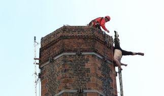 Der Mann, der in Carlisle in 80 Meter Höhe an einem Schornstein hing, verstarb bevor er gerettet werden konnte. (Foto)