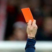 Bodyguards müssen Fußball-Schiedsrichter schützen (Foto)