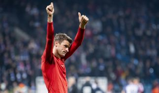 DFB-Pokal: Müller bedankt sich bei den Fans nach Bayern-Sieg gegen Bochum. (Foto)