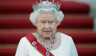 Die Ankleidedame der Königin verrät das geheime Mittel, mit dem der Schmuck zum Funkeln gebracht wird. (Foto)