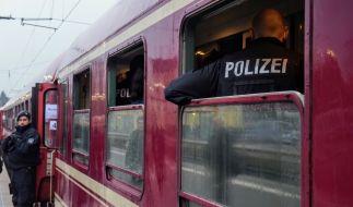 Eine Zweijährige ist am Bahnhof von Kamen am Kopf von einer Flasche getroffen worden. (Foto)