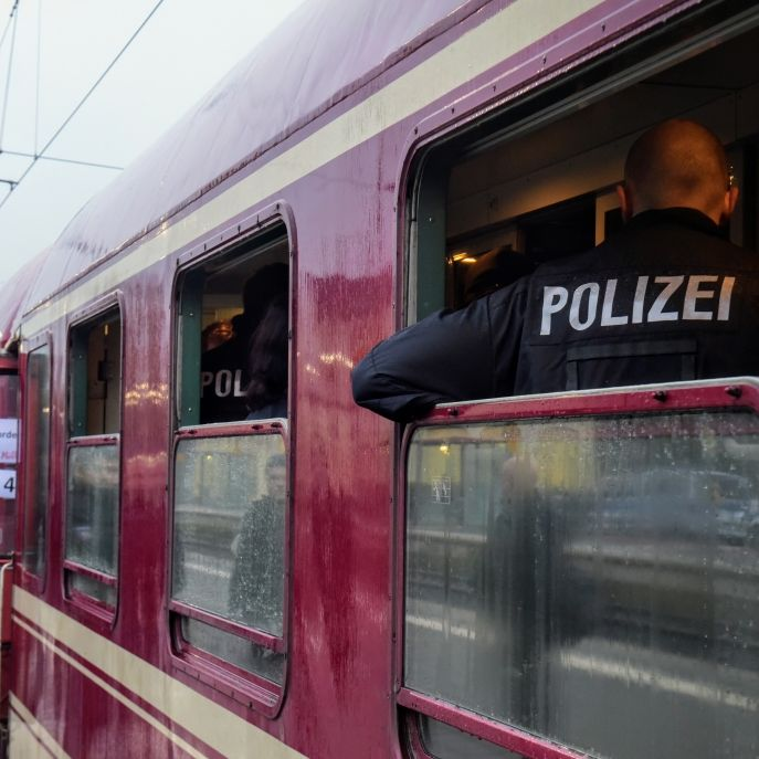 Kind (2) von Flasche aus Party-Zug getroffen - Flaschenwerfer stellt sich! (Foto)