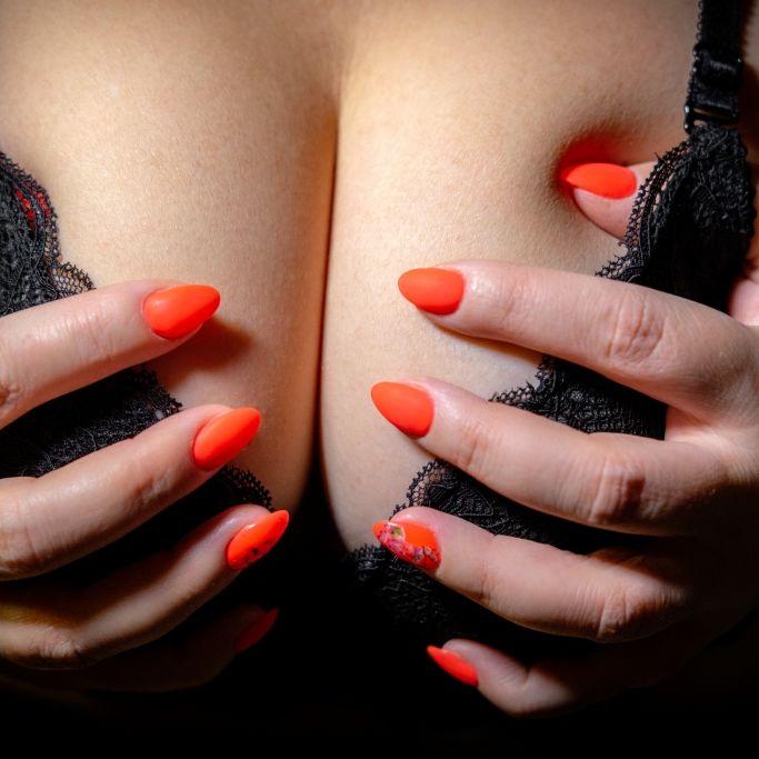 Trotz Körbchengröße S bläst sie ihre XXL-Brüste wieder auf (Foto)