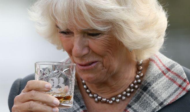 Im September 2019 ließ sich die Ehefrau von Prinz Charles bei der Eröffnung einer Whiskybrennerei im schottischen Bladnoch ein Gläschen Single Malt schmecken.