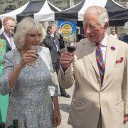 Als Camilla Parker-Bowles und ihr Ehemann Prinz Charles im Juli 2019 die Grafschaft Devon besuchten, gab's ein Gläschen Rotwein zur Begrüßung.