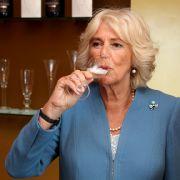 Zum Wohl! Herzogin Camilla gönnte sich im Mai 2019 ein Glas Wein, als sie das Weingut Ridgeview Wine Estate in Ditchling Common besuchte.