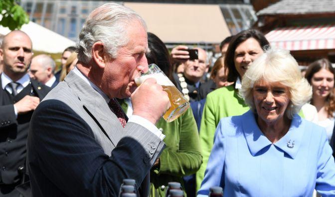 Prinz Charles ergötzt sich an einem Glas Bier, als er im Mai 2019 Deutschland besuchte und dabei auf dem Bio-Bauernhof Herrmannsdorfer Landwerkstätten im bayrischen Glonn zu Gast war.