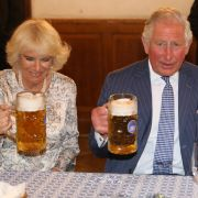 Stößchen! Herzogin Camilla und Prinz Charles gießen sich während ihres Deutschlandbesuchs im Mai 2019 im Hofbräuhaus in München einen hinter die Binde.