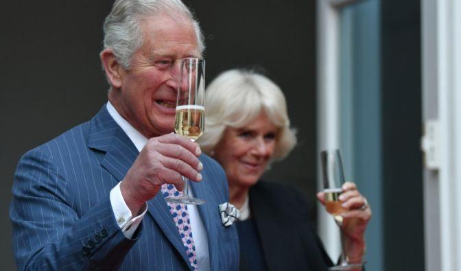 Ein Hoch auf die Königin: Prinz Charles und Camilla Parker-Bowles begießen den Geburtstag von Queen Elizabeth II. nachträglich bei der Queen's Birthday Party in der Residenz des Botschafters von Großbritannien im Mai 2019 in Berlin.