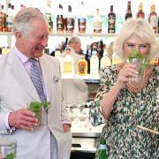 So macht Reisen Spaß: Herzogin Camilla stärkt sich während ihrer Karibik-Reise im März 2019 mit einem Mojito. Prinz Charles scheint Freude an der Trinkfestigkeit seiner Gattin zu haben.