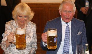 Cheers! Camilla Parker-Bowles und Prinz Charles wissen, wie man die schönen Seiten des Lebens genießt. (Foto)