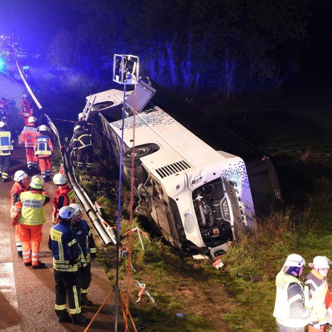 32 Verletzte! Bus kracht durch Leitplanke (Foto)