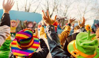Beim Kölner Karneval hat ein Mann einen Karnevalisten mit einem Kabelbinder gewürgt. (Foto)