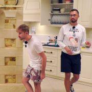 Pascal (l.) und Sam streiten sich heftig. Antonio (r.) ist irritiert.