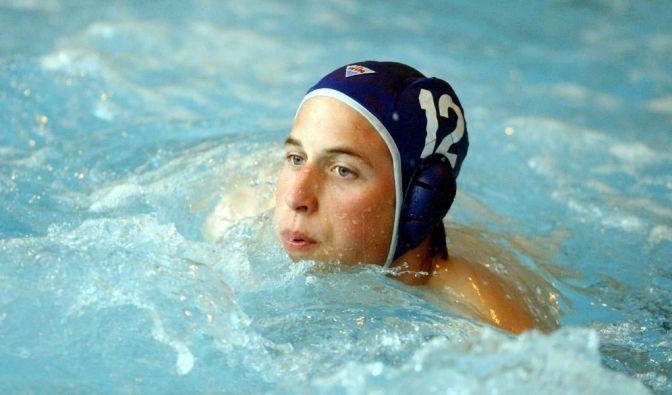 Prinz William spielte während seiner Universitätszeit Wasserball. Während sich weibliche Fans damals freuten, kann man heute über die Schnappschüsse schmunzeln. Ein Prinz mit Badekappe - wie niedlich. (Foto)