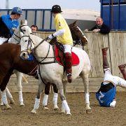 Bei einem Wohltätigkeits-Polospiel 2005 gegen seinen Bruder fiel Prinz William völlig unroyal vom Pferd.