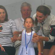 Prinzessin Charlotte zeigt bei der Siegerehrung der King's Cup-Regatta den Fotografen scheinbar, was sie von ihnen hält.