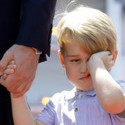 Prinz George kann die Aufregung nicht verstehen und schaut sichtlich müde.