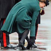 Bei einem Auftritt 2013 in Aldershot blieb Herzogin Kate mit ihrem Absatz in einem Drainagegitter stecken.