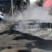 Auto versinkt in Loch mit heißem Heizungswasser - 2 Männer lebendig gekocht (Foto)