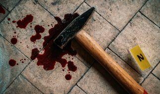 Einen der Rentner soll der 28-Jährige mit einem Hammer erschlagen haben. (Foto)
