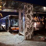 Ursachen-Suche! Mann (85) stirbt bei Linienbus-Crash, mehr als 20 Verletzte (Foto)