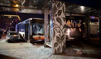 Bei einem schweren Busunfall in Wiesbaden sind mehr als 20 Menschen verletzt worden - eine Person starb. (Foto)