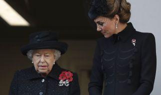 In der aktuellen Krise setzt Queen Elizabeth II. (l.) auf Kate Middleton (r.) (Foto)