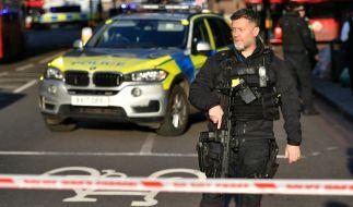 Ein Polizist auf der London Bridge nach der Messerattacke. (Foto)