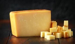 Wegen Listerien ruft Edeka aktuell Käse zurück (Symbolbild). (Foto)