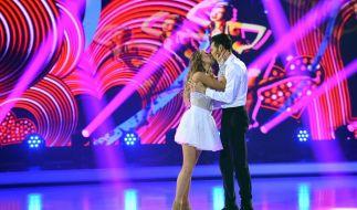 Ein Kuss von Jenny Elvers für Tanzpartner Jamal Othmann. (Foto)