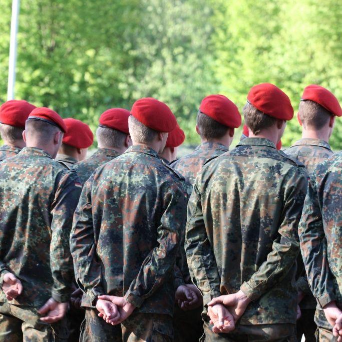 Soldaten sollen Hitler-Gruß auf Feier gezeigt haben (Foto)