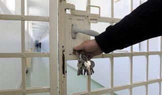 Keine Therapieplätze: Für einen verurteilten Totraser bleiben die Gefängnistüren deshalb zu (Symbolbild). (Foto)