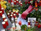 Am Königsplatz liegen Blumen neben Kerzen. (Foto)