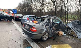 Mehrere zerstörte Autos stehen nach einer Massenkarambolage auf der Autobahn 29. (Foto)