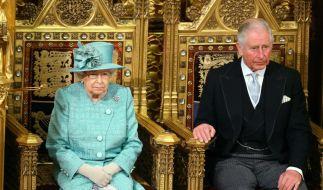 Prinz Charles (rechts) begleitete Queen Elizabeth II. zur Wiedereröffnung des britischen Parlaments. (Foto)